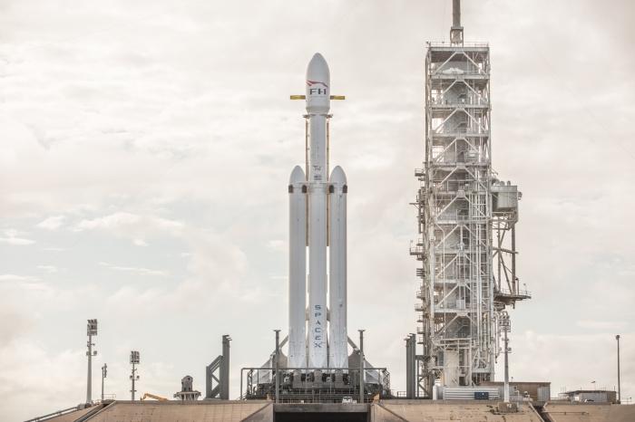 Die Falcon Heavy besteht aus drei Haupstufen ihrer kleineren Schwester Falcon 9.