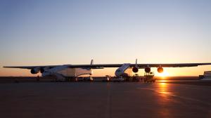 Der Roc – das größte Flugzeug der Welt von Paul Allen bei den ersten Rollversuchen in der Mojave Wüste (Bild: Stratolaunch)