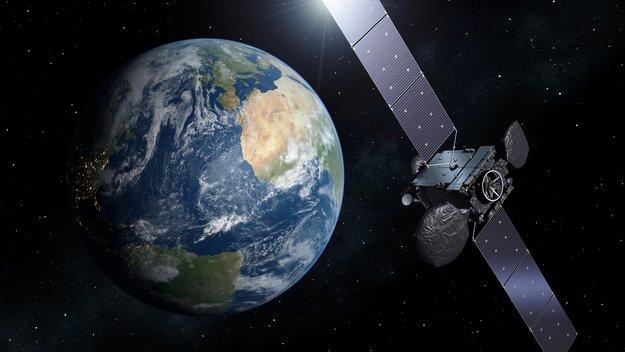 Der Satellit Hispasat_36W-1. Würde er von Deutschland aus betrieben, müsste im Falle eines Absturzes die Bundesrepublik für Schäden aufkommen. Bild: ESA
