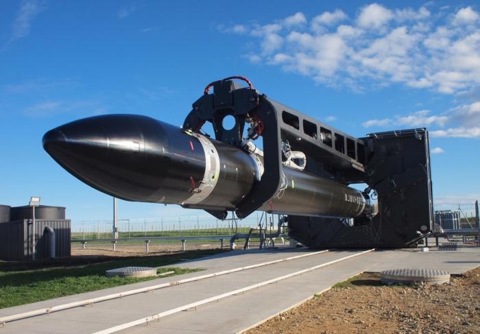 Der Microlauncher Electron der Firma RocketLab vor dem Aufrichten. Bild: RocketLab