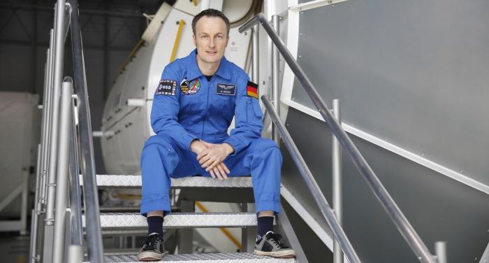 ESA-Astronaut Matthias Maurer auf der Treppe eines ISS-Mockup-Moduls im Astronautenzentrum in Köln.